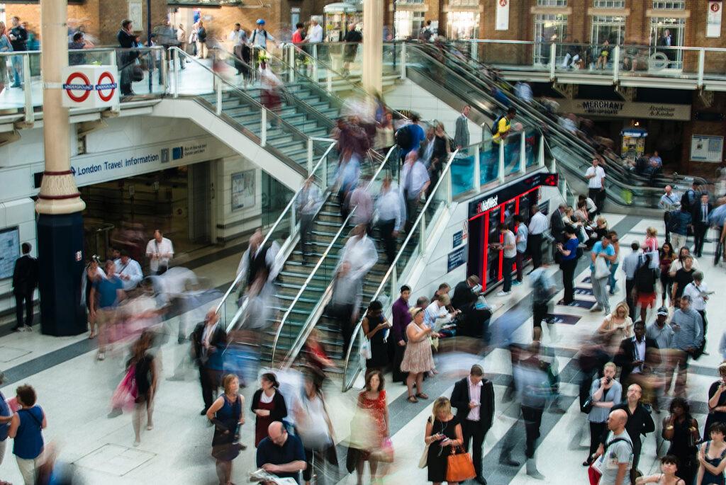 interação dentro de um centro comercial