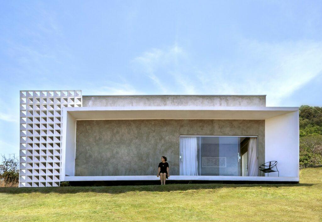 Casa BV da Traama Arquitetura com cobogó na fachada.